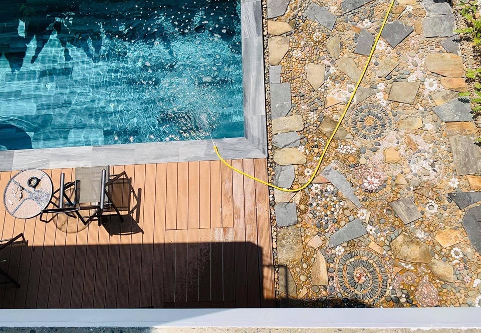Đá lát bể bơi